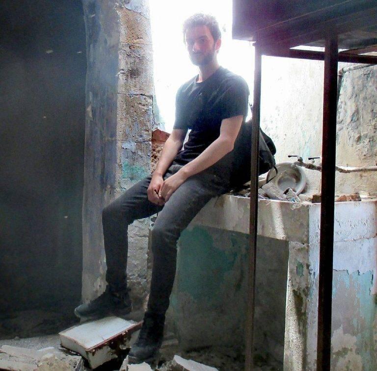 Théo dans une maison en ruines dans la colonie de Hebron
